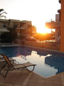 Morgonsol över poolen
