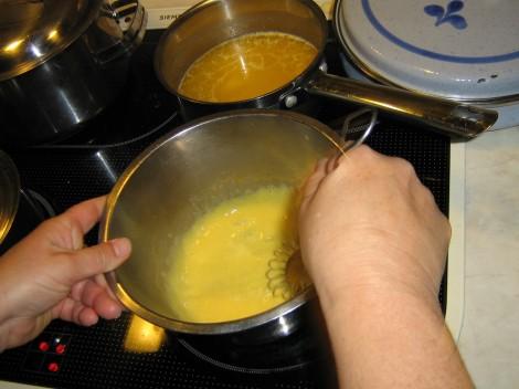 Vispa gulorna kraftigt i en rostfri bunke på låg värme
