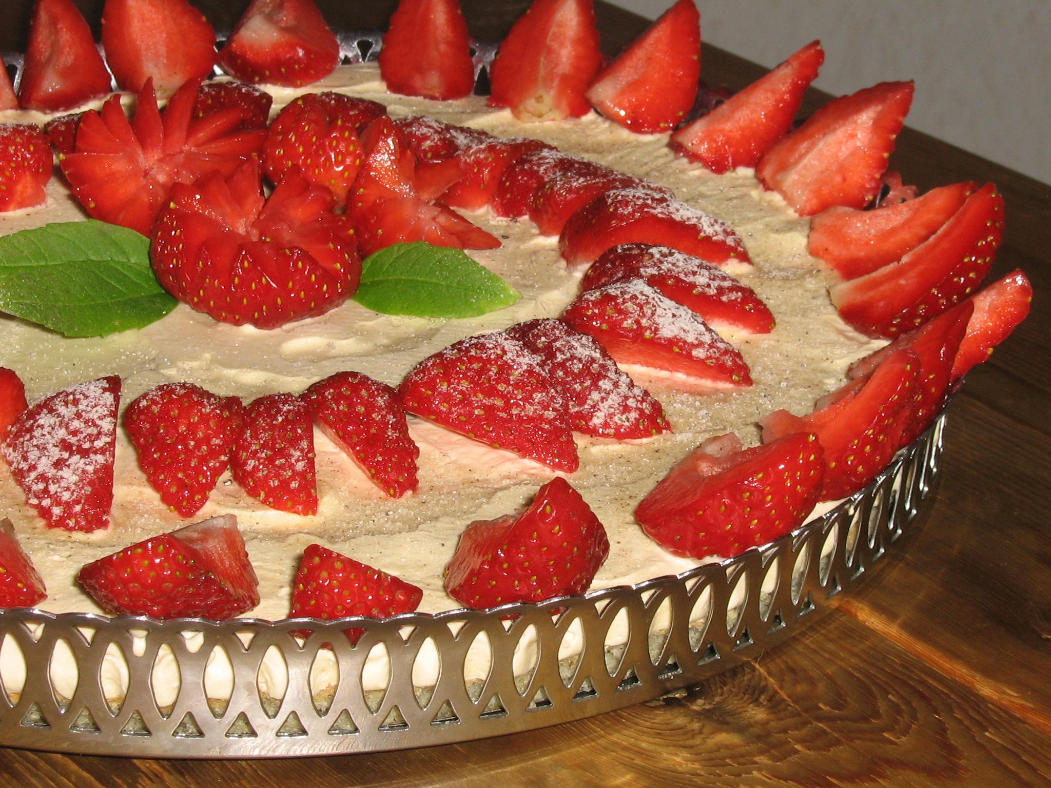 Vaniljparfait-tårta med jordgubbar