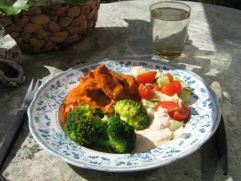 Korv Srtoganoff med Broccoli, Sallad, Vitlöksyoghurt och Cocktailtomater