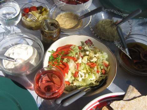 Blomkålssalad, Mjölksyrade Grönsaker, Rabarberchutney med Crème Fraiche, Tomatpesto, Guacamole, Inlagd Paprika och ett glas Rosé. Färdigt för Grillmiddag