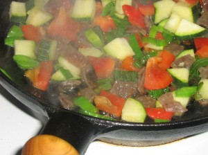 Fräs på grönsaker och salami en stund