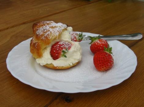 Petit Choux med Jordgubbar och Grädde på Jordgubbskaféet, Rödön
