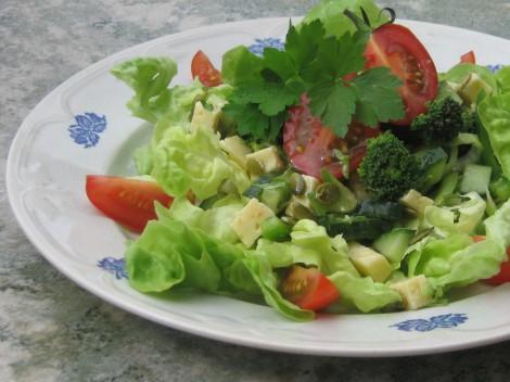 Ostsallad med Broccoli, Grön Paprika, purjolök Pumpakärnor och Senapsdressing