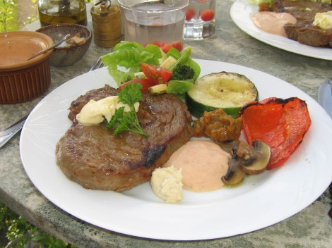 Grillad Entrecôte med Vitlökssmör, Ostfylld Zucchini, Paprika, Erik's Chilibearnaise och Ostsallad