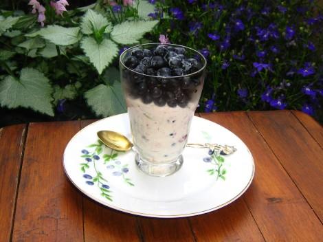 Blåbär i glas med Ekologisk Crème Fraiche, Cachewnötter, Sesamfrön och Kanel