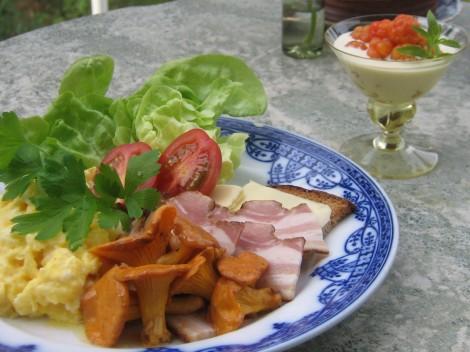 Varmrökt Fläsk med Äggröra och Smörstekta Kantareller. Hjortron med Grädde