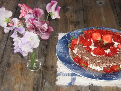 Körsbärstårta med Choklad och Jordgubbar  Luktärter i vasen