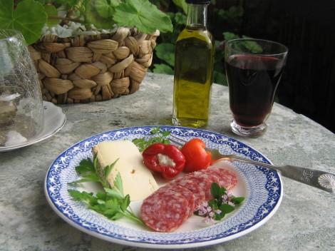 Fransk Bondost, Italiensk Salami Cacciatore och Färskostfyllda små Paprikor. Till det Castello Zacro Olivolja från Kreta