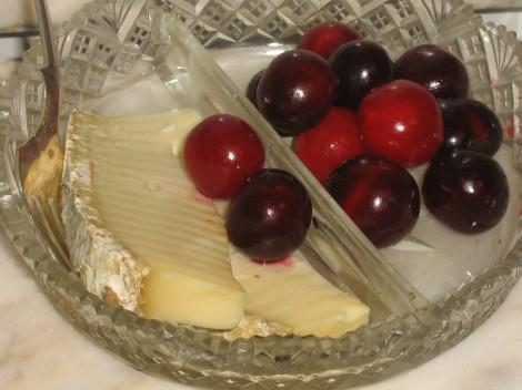 Prunus cerasus / Surkörsbär och Fransk Bondost