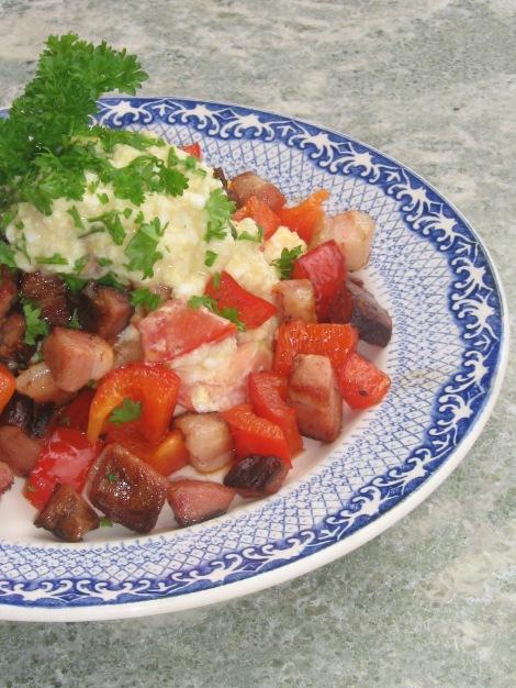 Äggröra med Tomat och Basilika serverat på Surdegsbröd. Varmrökt Sidfläsk och Paprika till.