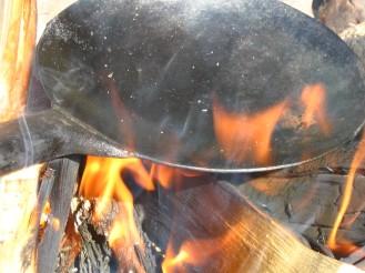 Kolbottenpannan värms över elden