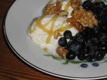 Färska Blåbär med Turkisk Yoghurt, Mörk Honung och Valnötter