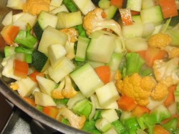 Fräs grönsakerna i smör utan att de får färg
