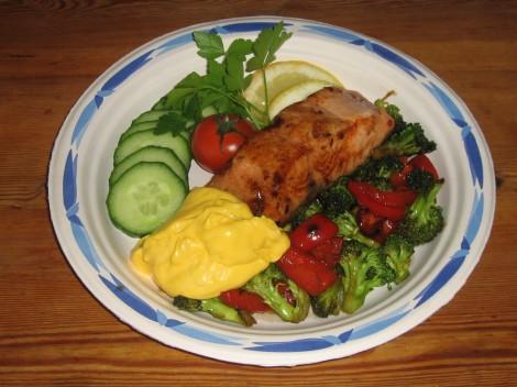 Smörstekt Rimmad Lax med Broccoli och Paprika-wok och Saffransaioli