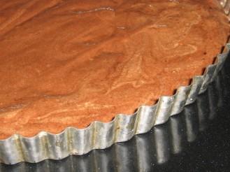 Chokladkladdkaka i form med löstagbar kant, färdig för ugnen