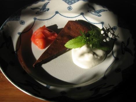Chokladdessert med Plommon och vispad Grädde