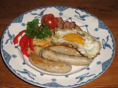 Tysk Frukosttallrik med Bratwurst, Varmrökt Sidfläsk, Sesampanerad Ost och Ägg