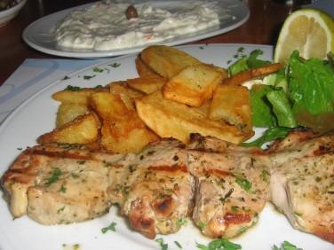 Souvlaki och Tzatziki på Restaurang Limanaki i Platanias hamn på Kreta