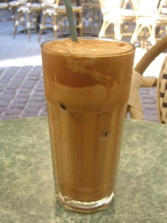 Ett glas iskall Frappé i Chania