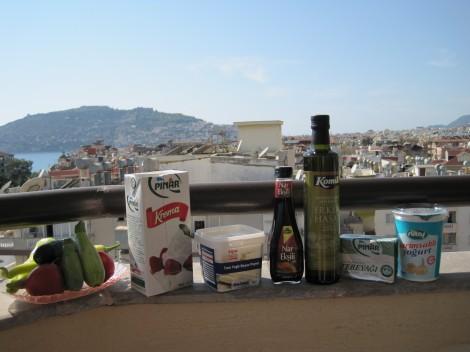 Godsaker i vårt kylskåp, Grönsaker, 1 lit grädde. Beyaz Peynir, Granatäppelvinäger, Kallpressad Olivoja, Smör och Vitlöksyoghurt
