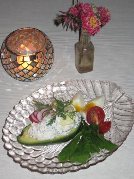 Avocado med Färskoströra och Ägg