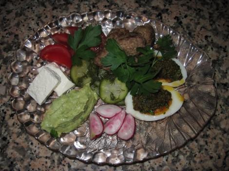 Tomatpesto med kokta Ägg, Köttbullar, Färskost och Guacamole