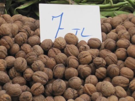 Färska Valnötter på Söndagsmarknaden i Alanya kostar 35 kr kilot