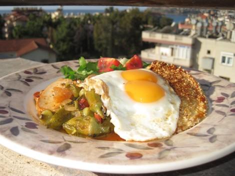 Okra-bönor i Tomatsås med Sesampanerad Ost