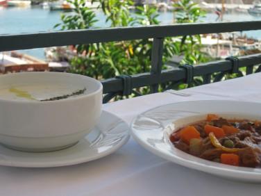 Dagens Lunch med utsikt över hamnen i Alanya