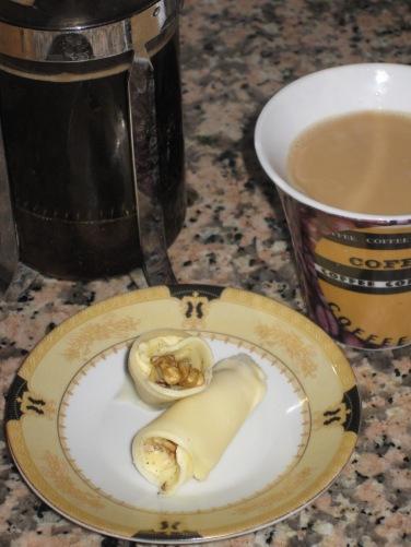 Kaffe med Grädde till en Ostrulle med Kanel och Valnötter