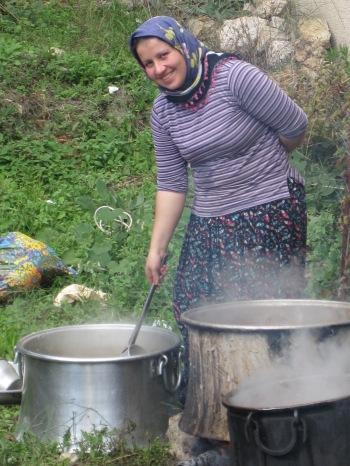 Ung kvinna i Tepe vid soppgrytan