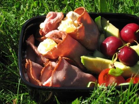 Rostbiffrullar med Avocadosallad och Körsbär