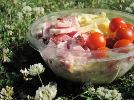 Ostsallad med Varmrökt Sidfläsk, Vitkål och Cocktailtomater till Picknick