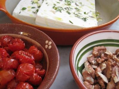 Inlagda cocktailtomater, rostade valnötter och fetaost