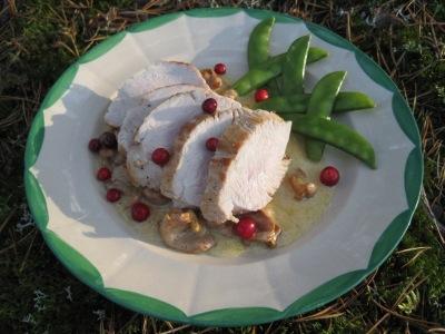 Helstekt kalkonbröst med kantarellsås och sockerärtor
