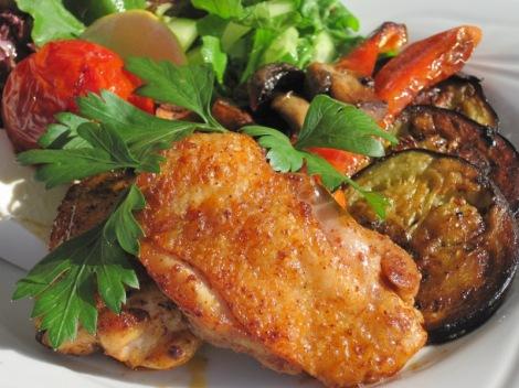 Kycklingschnitzel med smörstekta grönsaker, fetaost och sallad...