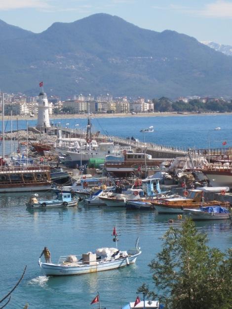Fiskebåtar i hamnen i Alanya...