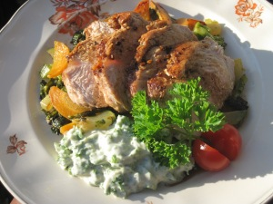 Helstekt kalkonbröst med wokade grönsaker och Dijonaisse med persilja