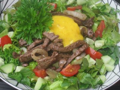 Varm sallad med kött, lök och senapssås