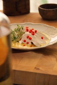 Kokt kycklingbröst med currysås från LCHF för seniorer.  Foto Mikael Eriksson