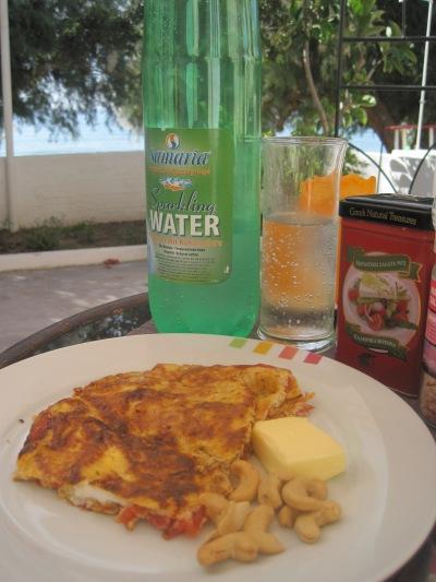 Omelett med tomat och havsutsikt