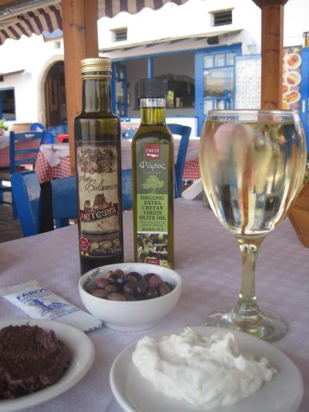 Ett glas Retsina med tzatziki, tapenade och oliver på restaurang Faros i Makrigialos