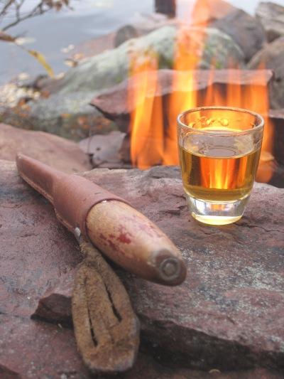 Ett glas rom vid brasan