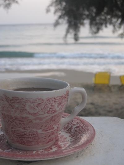 En kopp kvällste på vår uteplats vid havet