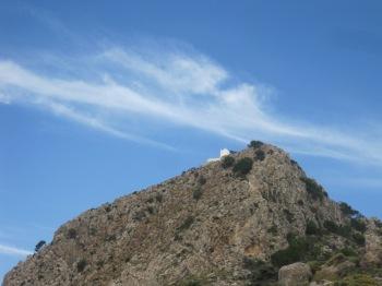 Den lilla kyrkan Stavromenos är målet på en vandring