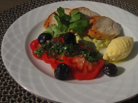 Rimmat kycklingbröst med getostsmör, tomatsallad och guacamole