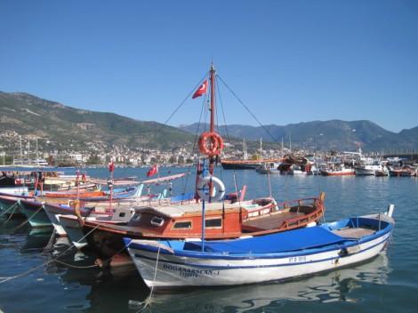 Fiskebåtar i hamnen i Alanya