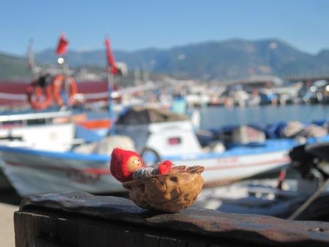 Tomten spanar in fiskebåtarna i Alanyas hamn...