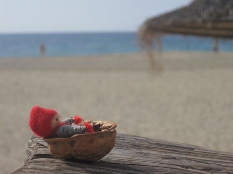 Tomten njuter av några sista soliga dagar på stranden, innan det är dags att åka hem och jobba...